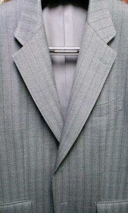 ジャケットは衿がポイント